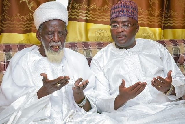 Dr Bawumia praying with Chief Imam